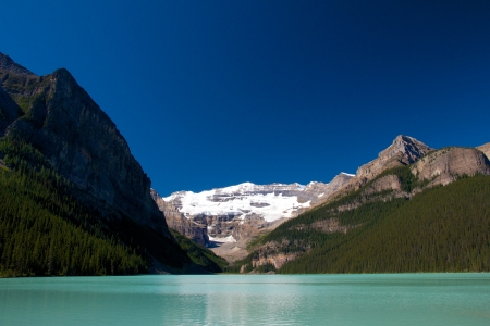 Quiet scenery of Lake Louise under a clear blue sky