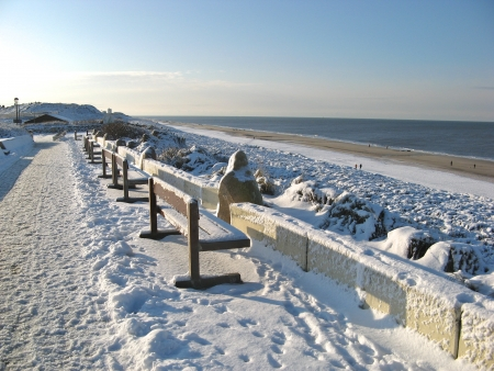 Benches and beach under heavy snow on famous Sylt island, Germany Stockfoto