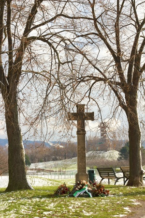 seepark: War memorial between two trees