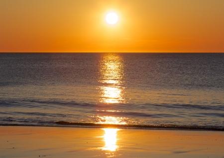 puesta de sol: Impresionante puesta de sol sobre el Mar del Norte alem�n, tomada desde una playa en la isla de Sylt