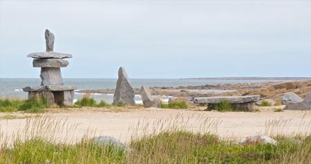 Inuksuk and a stone table at the shore of the Hudson Bay in Churchill, Manitoba, Canada Stockfoto