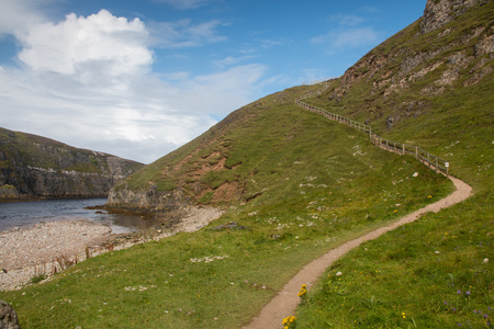 Pathway up a hill at the river mouth into the Atlantic Ocean close to Smoo Cave near Durness, Scotland Standard-Bild