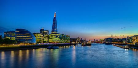Colpo di sera di un skyline della città di Londra sulla riva del fiume Tamigi, versione HDR