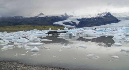 sopel lodu: Famous Fjallsarlon glacier and lagoon with icebergs swimming on the water, close to Jokulsarlon, southern Iceland