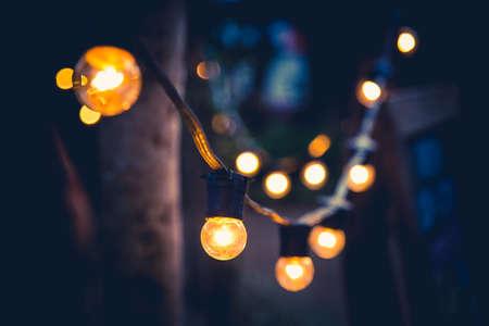 装飾的な裏庭の照明