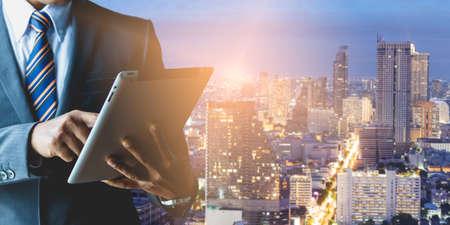 Geschäftsleute mit Geschäftsinvestitionen in großen Städten Standard-Bild - 87394742