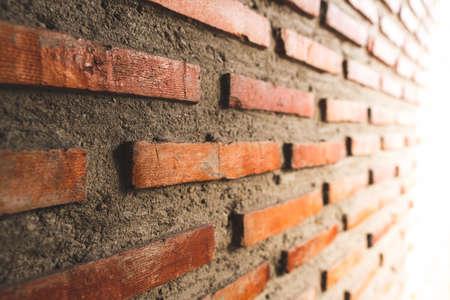 La pared de construcción está decorada con ladrillo rojo.