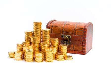 cofre del tesoro: monedas de oro con caja de madera Foto de archivo