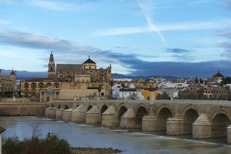 ローマ橋、グアダルキビル川のモスク-大聖堂でコルドバ、スペイン。