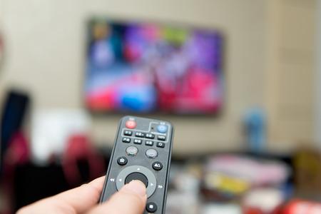regarder tv et en utilisant la télécommande