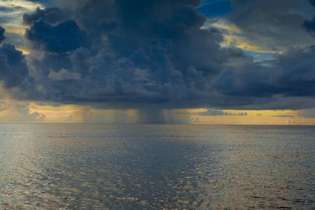 regenwolk over het eiland Stockfoto
