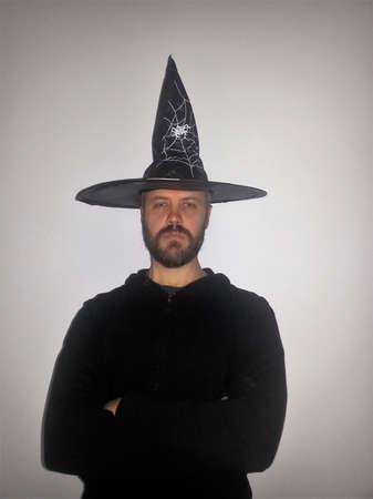 hombre con barba: Un hombre con barba en un sombrero coronado campanario - mirando seus Foto de archivo