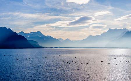 Blick auf die Alpen vom Ufer des Genfersees in Vevey