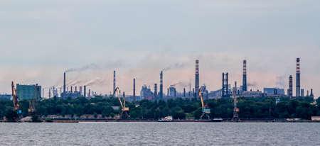 paesaggio industriale: paesaggio industriale con tubi di fabbrica e il fumo uscire Archivio Fotografico