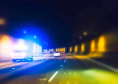 경찰 차 터널에서 실행하는 동안 조명. 스톡 콘텐츠