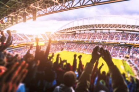 Fußball-Fußball, viele Fans im vollen Stadion feiern Ziel im Freiluftdachstadion im Sommer. -blinde Technik. Standard-Bild