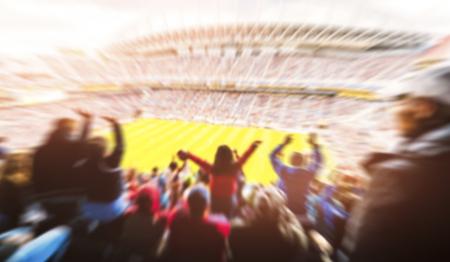 Football-Football, de nombreux supporters en stade complet célèbrent leurs buts dans un stade à toit ouvert en été. technique floue.