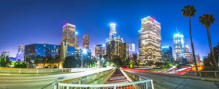 szenische Ansicht in Autobahn in der Innenstadt von Los Angeles in der Nacht, Kalifornien, USA. -07/13/16. für redaktionelle. Editorial