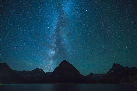 Lac Swiftcurrent de nuit avec étoile dans la région de nombreux glaciers, parc national des Glaciers du Montana, Montana, États-Unis. Banque d'images