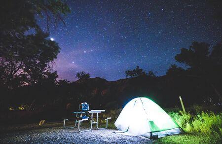 Camping auf dem Campingplatz in der Nacht mit Stern am Himmel auf dem Campingplatz des Nationalparks.