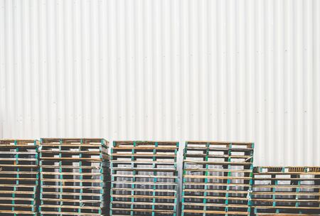 warehouse wall with wooden palet background ready for product display montage. Foto de archivo