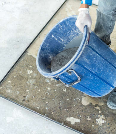 Mixed mortar prepair to leveling into a mold Banque d'images