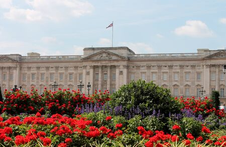 buckingham: Buckingham Palace With Flowers Blooming In The Queen s Garden, L - Stock Photo