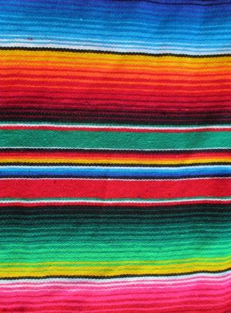 ストライプと明るい色のメキシコの手織りの敷物ポンチョ フィエスタ