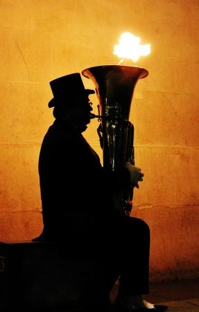 Sillouhette de tuba con llamas saliendo Foto de archivo - 24981306
