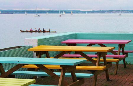 tablas de caf� junto al mar fuera con el mar y los remeros photo