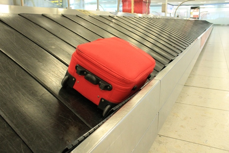Baggage luggage suitcase on conveyor belt at the airport Foto de archivo