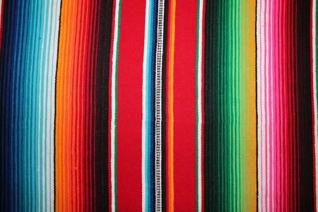 メキシコ伝統的なシンコ ・ デ ・ マヨの敷物ポンチョ フィエスタ背景ストライプをコピー スペース