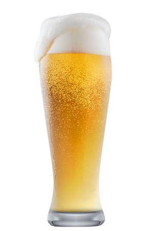Taza de cerveza ligera escarchada con espuma aislado en un fondo blanco Foto de archivo - 85265548