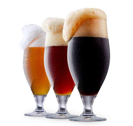 Mok verzameling van ijzig donkerrood en licht bier met schuim geïsoleerd op een witte achtergrond Stockfoto