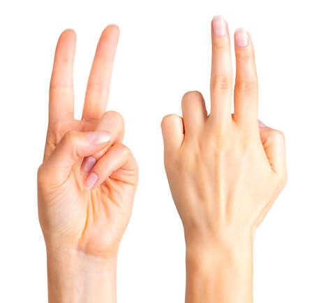 Main féminine montrant deux doigts dans la paix, signe de serment ou geste multi-touch.