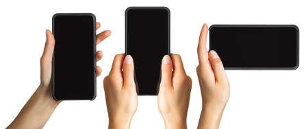 Ensemble de mains de femmes montrant un smartphone noir, concept de prise de photo ou de selfie. Isolé avec un tracé de détourage.