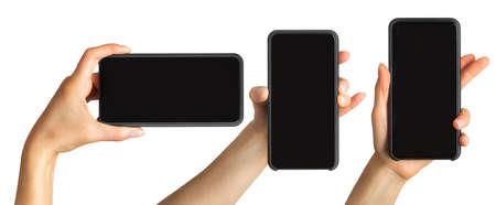 Satz von Frauenhänden, die schwarzes Smartphone, Konzept des Fotografierens oder Selfies zeigen. Getrennt mit Beschneidungspfad.