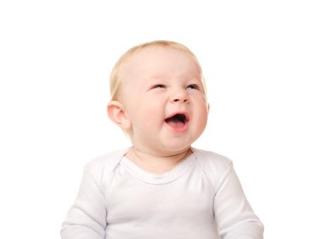riendo: retrato de risa bebé divertido aislado en el fondo blanco