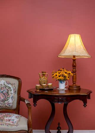 muebles antiguos: interior de una casa de estilo antiguo retro