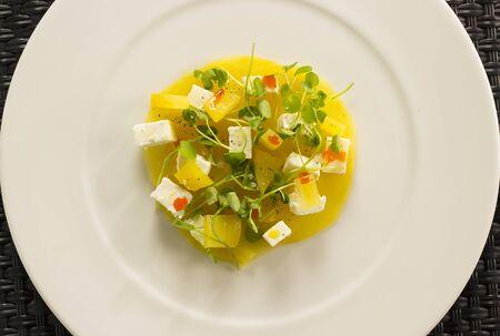 berros: cappachio de remolacha con queso de oro goatâs, berro de bebé y aceite de pimentón ahumado
