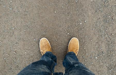 gele laarzen op de weg, een man die op de weg
