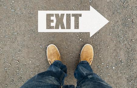Welkom teken op de weg. man op een geasfalteerde weg met het woord welkom. de weg pijl