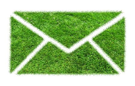 Symbool gras email. Conceptueel beeld van groene plant in de vorm van e-mail teken