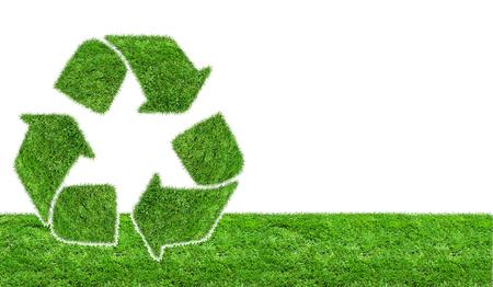 reciclar: Signo de reciclaje sobre c�sped en tierra. Herbal muestra de reciclaje verde sobre un fondo blanco Foto de archivo