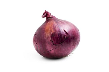 cebolla roja: Bulbo de la cebolla roja aislado sobre fondo blanco. Uno una cebolla roja entera Foto de archivo