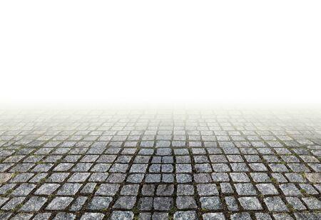 perspectiva lineal: Tradicional sendero de sillería de granito en el fondo blanco. pavimento de piedra viejo en la perspectiva lineal. Foto de archivo