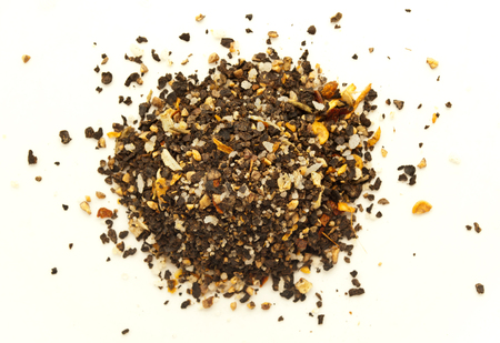 legumbres secas: Una mezcla de pimientos con sal y legumbres secas. De pimienta negro sobre fondo blanco. Pila de pimienta molida.
