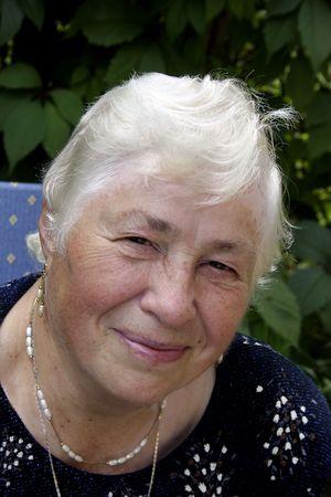 Uśmiechnięta kobieta w ogrodzie