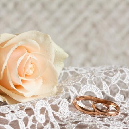 Koronki Å›lubu, dwóch pierÅ›cieni zÅ'ota i róży.  Zdjęcie Seryjne