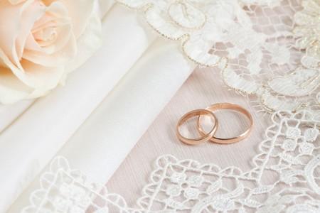 Ślub tkanin i koronki i dwóch pierścieni złota.